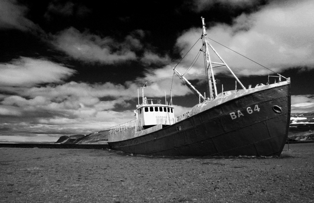 Boat Garðar, black and white